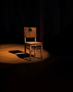 Silla en escenario de teatro