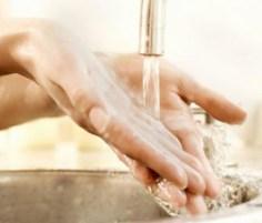 هل يشترط أن يكون الماء ساخنا لتنظيف اليدين؟