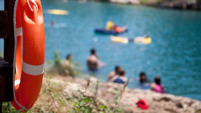 """السباحة في البحر """"تزيد مخاطر الإصابة بالأمراض"""""""