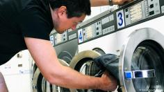 ما هي فوائد غسل الملابس بماء بارد؟