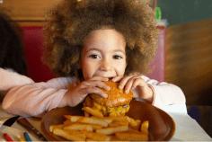 البرغر ورقائق البطاطس والكولا تهدد طفلك بـ3 أمراض خطيرة