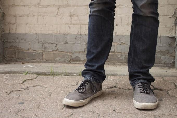 スニーカーを履く人