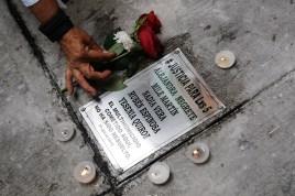 JULIO: Periodistas y activistas colocan una placa en el domicilio donde fueron asesinados de Mile Martin, Yesenia Quiroz, la activista Nadia Vera, Alejandra Negrete y el fotoperiodista Ruben Espinosa un a–o despuŽs del multihomicidio. (Prometeo Lucero)