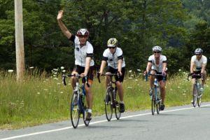 ciclistas saludando