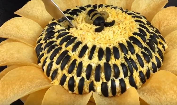 Delicioso girasol con pollo ahumado y champiñones en escabeche