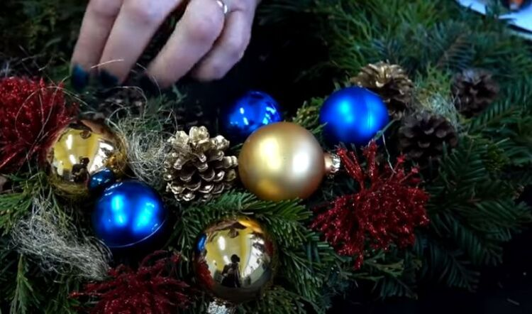 Come fare una corona sulla porta per il nuovo anno con le tue mani in fasi