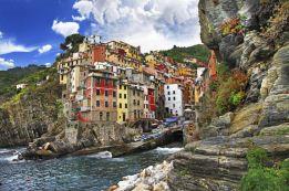 Vista de Riomaggiore, pueblecito costero de la región de la Liguria. : Freeartist