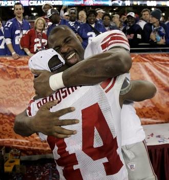 Brandon Jacobs hugs Ahmad Bradshaw