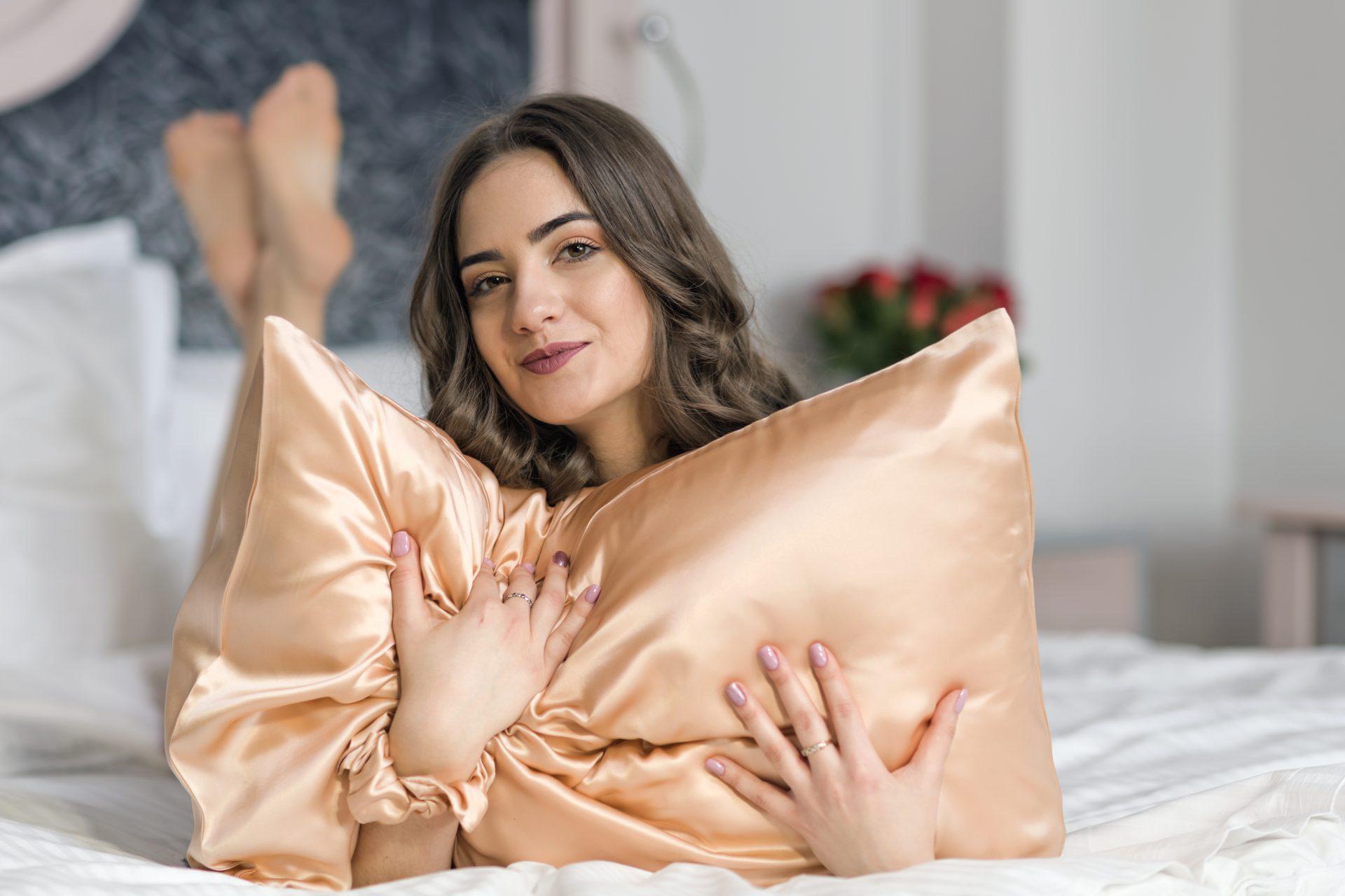 8 beneficii pentru frumusețe ale feței de pernă din mătase