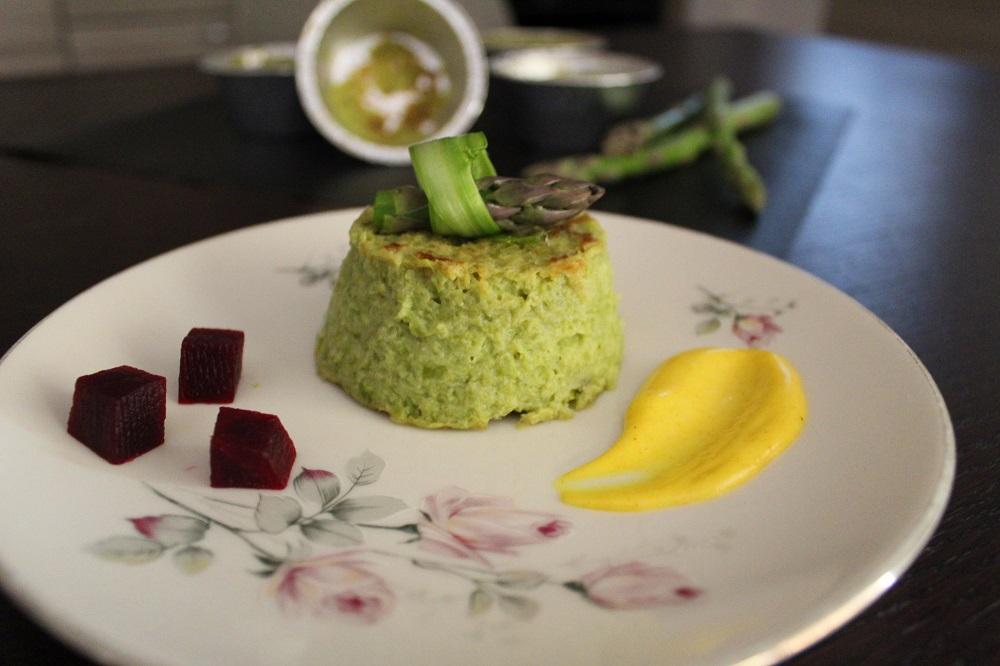 Sformatino di primavera di asparagi e patate con salsa di curcuma