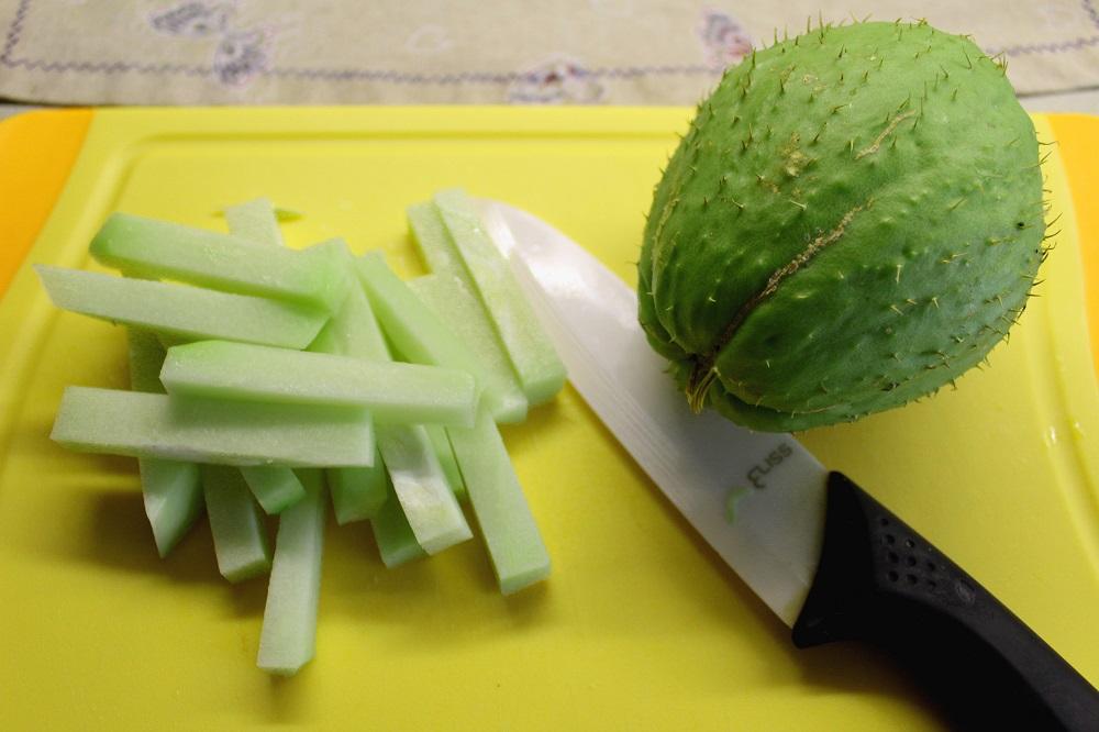 chayote o zucchine spinose pulizia