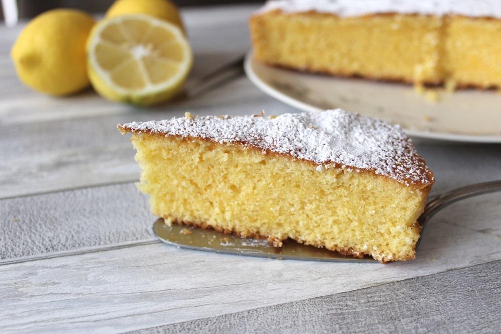 torta soffice al limone profumo e tradizione in tavola fetta