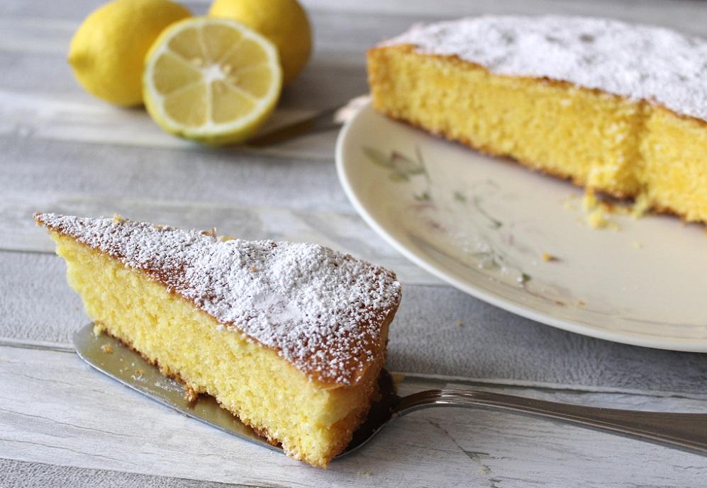 torta soffice al limone profumo e tradizione in tavola porzione e torta