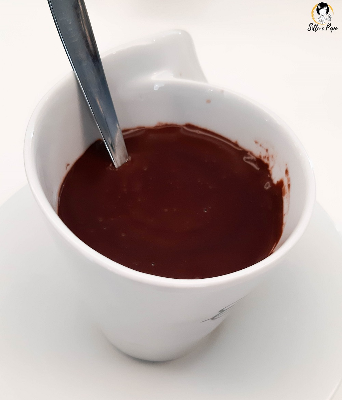 tazza di cioccolata calda fatta in casa