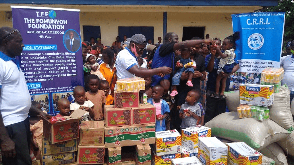 Cameroun   Crise Anglophone: oubliés au Nigeria, Dr Christopher Fomunyoh porte secours au réfugiés.