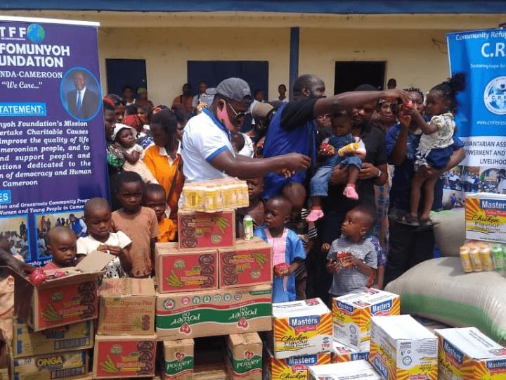 Cameroun | Crise Anglophone: oubliés au Nigeria, Dr Christopher Fomunyoh porte secours au réfugiés.