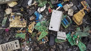 Cameroun: une ONG débarrasse les rues des déchets électroniques – photos
