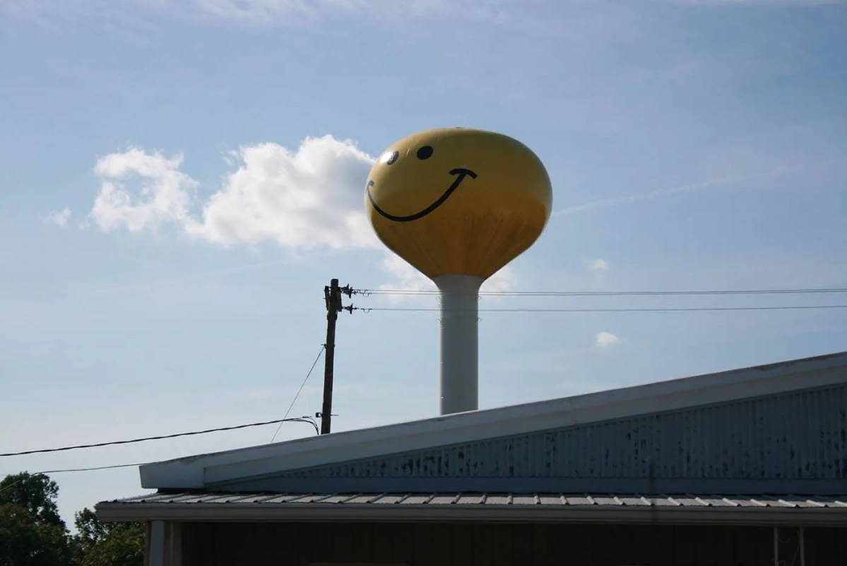 😄 Smiley Face Water Tower in Atlanta, Illinois