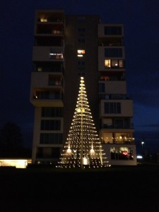 Så blev juletræet endelig tændt!