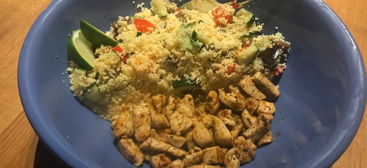 Kip souvlaki schotel met couscous, groenten en een knoflook-munt-yoghurt saus
