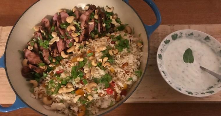 Varkenshaas met rijst en paprika en een yoghurtsausje