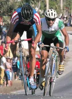 Dos cubanos se escaparon en la cuarta etapa recorrida entre Holguín y la Las Tunas de la 30 Vuelta ciclista a Cuba, el 11 de febrero de 2005. Foto: Calixto N. Llanes/Juventud Rebelde (CUBA)