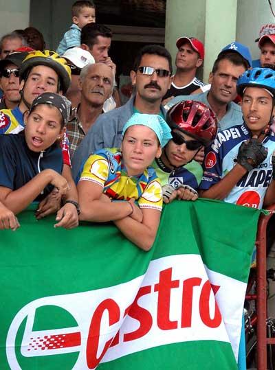 El pueblo espera en la línea de meta la llegada de los corredores de la 30 Vuelta ciclista a Cuba, el 12 de febrero de 2005. Foto: Calixto N. Llanes/Juventud Rebelde (CUBA)