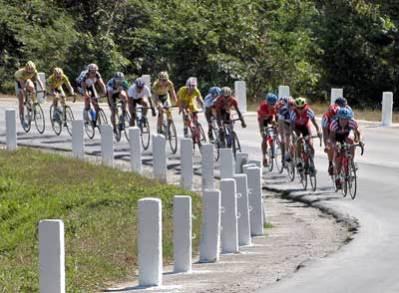 Por una curva peligrosa pasan los ciclistas durante la tercera etapa de 125 km, desde Santiago de Cuba hasta Bayamo, de la 30 Vuelta ciclista a Cuba, el 10 de febrero de 2005. Foto: Calixto N. Llanes/Juventud Rebelde (CUBA)