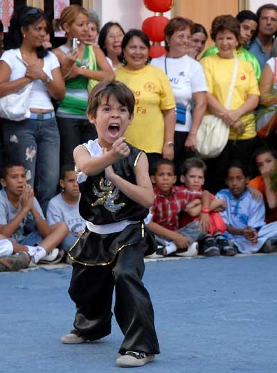 Un niño practica Wushu el Día Mundial del Tai Chi y el Qi Gung, el 25 de Abril de 2009, La Habana, Cuba. Foto: Calixto N. Llanes/Juventud Rebelde (CUBA)