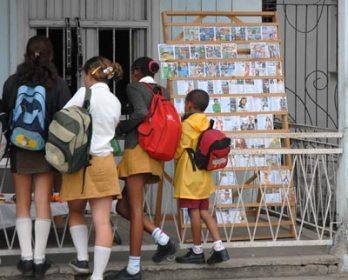 Los vendedores de discos son muy populares en toda la Isla , el 14 de Enero de 2011, Pinar del Río, Cuba. Foto: Calixto N. Llanes/Juventud Rebelde (CUBA)