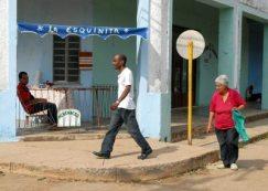 """La cafetería """"La Esquinita"""" se venden alimentos elaborados por un trabajador por cuenta propia, 21 de Enero de 2011, Pinar del Río, Cuba. Foto: Calixto N. Llanes/Juventud Rebelde (CUBA)"""