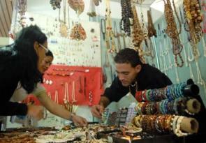 Un artesano vende sus prendas en una feria, el 28 de Enero de 2011, La Habana, Cuba. Foto: Calixto N. Llanes/Juventud Rebelde (CUBA)