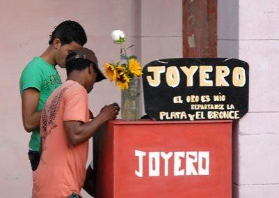 Un joyero repara prendas en la avenida 10 de Octubre, 2 de Febrero de 2011, La Habana, Cuba. Foto: Calixto N. Llanes/Juventud Rebelde (CUBA)