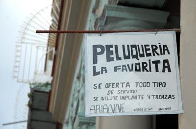 Anuncio de una Peluquería privada en la avenida Carlos III. 5 de Febrero de 2011, La Habana, Cuba. Foto: Calixto N. Llanes/Juventud Rebelde (CUBA)