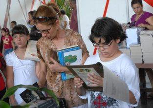 Un niño lee detenidamente en el Pabellón Cuba, durante la 20 Feria Internacional del Libro, el 10 de Febrero de 2011, La Habana, Cuba. Foto: Calixto N. Llanes/Juventud Rebelde (CUBA)