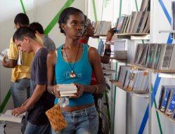 Una joven busca sus libros en el Pabellón Cuba, durante la 20 Feria Internacional del Libro, el 10 de Febrero de 2011, La Habana, Cuba. Foto: Calixto N. Llanes/Juventud Rebelde (CUBA)