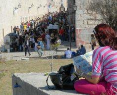 Miles de cubanos caminan por Fortaleza de San Carlos de la Cabaña, donde tiene lugar la 20 Feria Internacional del Libro, el 14 de Febrero de 2011, La Habana, Cuba. Foto: Calixto N. Llanes/Juventud Rebelde (CUBA)