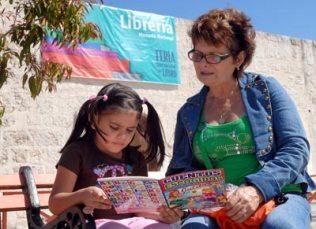 Una mujer ayuda a su hija con la lectura durante la 20 Feria Internacional del Libro Cuba 2011, con sede en La Fortaleza San Carlos de la Cabaña, el 17 de Febrero de 2011, La Habana, Cuba. Foto: Calixto N. Llanes/Juventud Rebelde (CUBA)