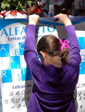 Una niña lee un afiche del alfabeto en el Pabellón Cuba, durante la 20 Feria Internacional del Libro Cuba 2011, el 18 de Febrero de 2011, La Habana, Cuba. Foto: Calixto N. Llanes/Juventud Rebelde (CUBA)