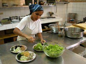 Una cocinera prepara un plato de comida macrobiótica, el 21 de Abril de 2006, La Habana, Cuba. Foto: Calixto N. Llanes/Juventud Rebelde (CUBA)