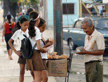 Un hombre vende pan con jamón a unas estudiantes santiagueras, el 20 de Noviembre de 2008, Santiago de Cuba, Cuba. Foto: Calixto N. Llanes/Juventud Rebelde (CUBA)