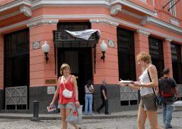 Dos turistas caminan por delante del Hotel Ambos Mundos en La Habana Vieja, 18 de Noviembre de 2010, La Habana, Cuba. Foto: Calixto N. Llanes/Juventud Rebelde (CUBA)