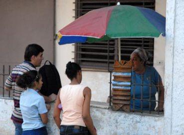 Venta de alimentos en una cafetería en la calzada de 10 de Octubre, el 2 de Febrero de 2011, La Habana, Cuba. Foto: Calixto N. Llanes/Juventud Rebelde (CUBA)