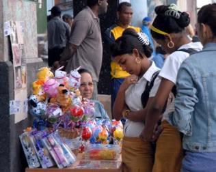 El día de los enamorados los trabajadores por cuenta propia vendieron muchas flores y postales, el 14 de Febrero de 2011, La Habana, Cuba. Foto: Calixto N. Llanes/Juventud Rebelde (CUBA)