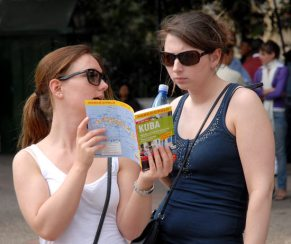 Dos turistas buscan información sobre Cuba, 11 de Marzo de 2011, La Habana, Cuba. Foto: Calixto N. Llanes/Juventud Rebelde (CUBA)