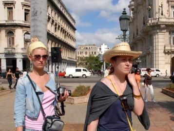 Dos Turistas atraviesan por el Parque Central, 11 de Marzo de 2011, La Habana, Cuba. Foto: Calixto N. Llanes/Juventud Rebelde (CUBA)