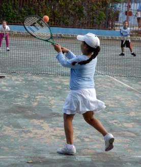 Una niña aprende a jugar tenis de campo en la Ciudad Deportiva, el 12 Marzo de 2011, La Habana, Cuba. Foto: Calixto N. Llanes/Juventud Rebelde (CUBA)