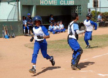 Desde edades bien tempranos los niños comienzan a jugar béisbol, el 12 de Marzo de 2011, La Habana, Cuba. Foto: Calixto N. Llanes/Juventud Rebelde (CUBA)