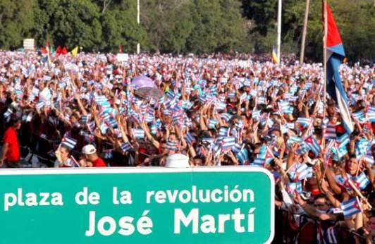 """Los capitalinos desfilan por la Plaza de la Revolución """"José Martí"""" el 1 de Mayo de 2006, La Habana, Cuba. Foto: Calixto N. Llanes/Juventud Rebelde (CUBA)"""