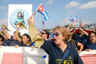 El bloque de las mujeres cubanas marchan el 1 de Mayo de 2010, La Habana, Cuba. Foto: Calixto N. Llanes/Juventud Rebelde (CUBA)